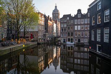 Amsterdam - grachtenpanden met St Nicolaaskerk sur Thea.Photo