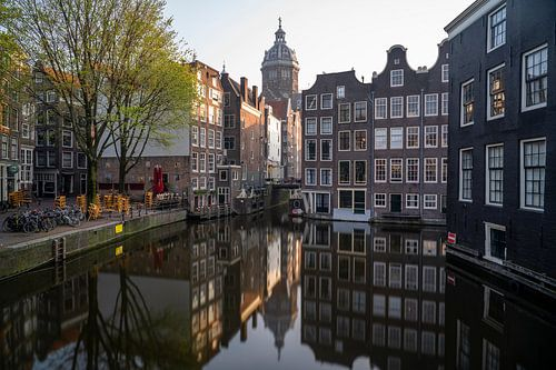 Amsterdam - grachtenpanden met St Nicolaaskerk