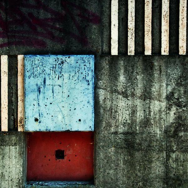 Urban abstract in grijs met rood van Annemie Hiele