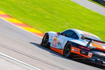 Porsche 911 RSR GTE Rennwagen in Eau Rouge von Sjoerd van der Wal