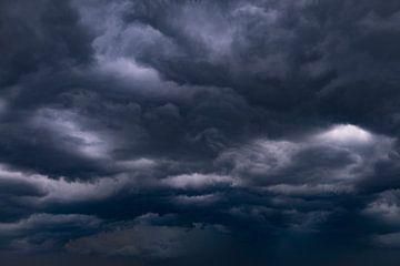 Donkere onweerswolken in de avond tijdens een zomerse onweersbui van Sjoerd van der Wal