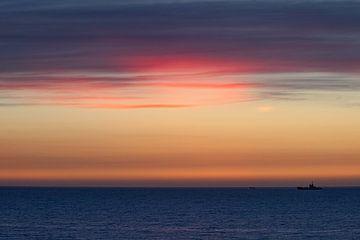 Schip in de Avond|  Noordzee Vlieland. van Gerard Koster Joenje (Vlieland, Amsterdam & Lelystad in beeld)
