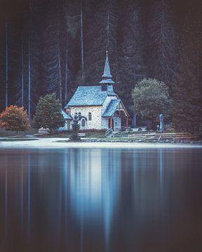 Kirche am Pragser Wildsee von Robin Berndt