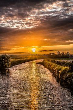 Sonnenuntergang im Kanal von Roptazijl in Friesland von Harrie Muis