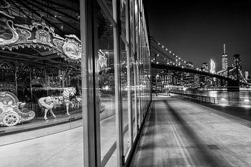 BROOKLYN Jane's Carousel & Manhattan Skyline bei Nacht | Monochrom sur Melanie Viola
