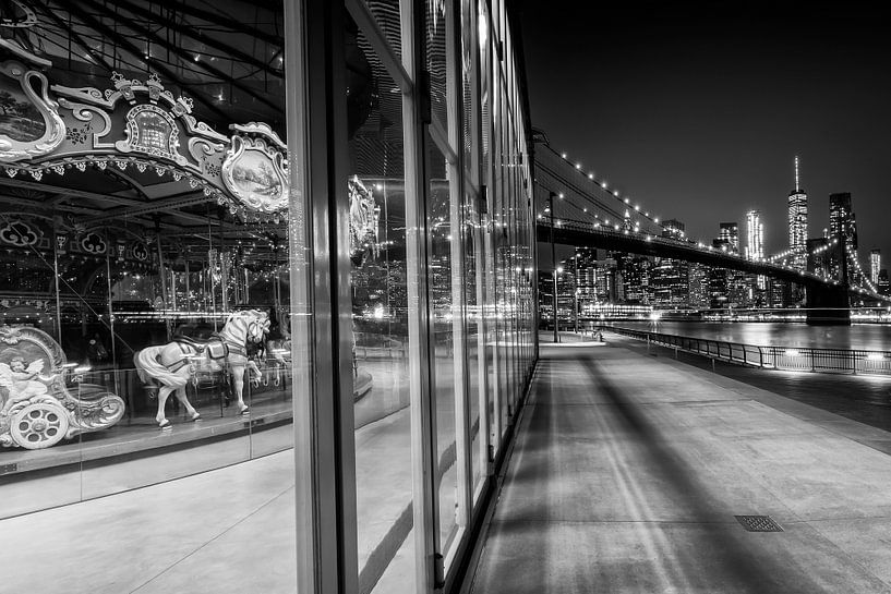 BROOKLYN Jane ' s Carrousel Skyline van Manhattan bij nacht | zwart-wit van Melanie Viola
