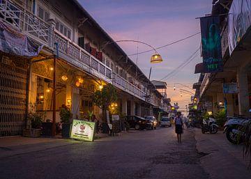 De avond valt in een sfeervol straatje in Battambang, Cambodja van Teun Janssen
