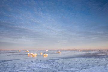 IJsschotsen op de Waddenzee, een minimalistisch beeld van Ton Drijfhamer