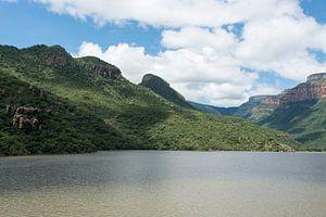 water in het meer bij de swadini dam met op de achtergrond de drakensbergen