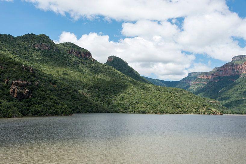 water in het meer bij de swadini dam met op de achtergrond de drakensbergen sur ChrisWillemsen