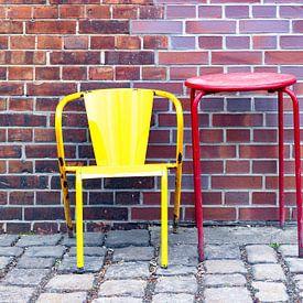 Stuhl und Tisch vor einer Ziegelwand - Stillleben von Frank Herrmann