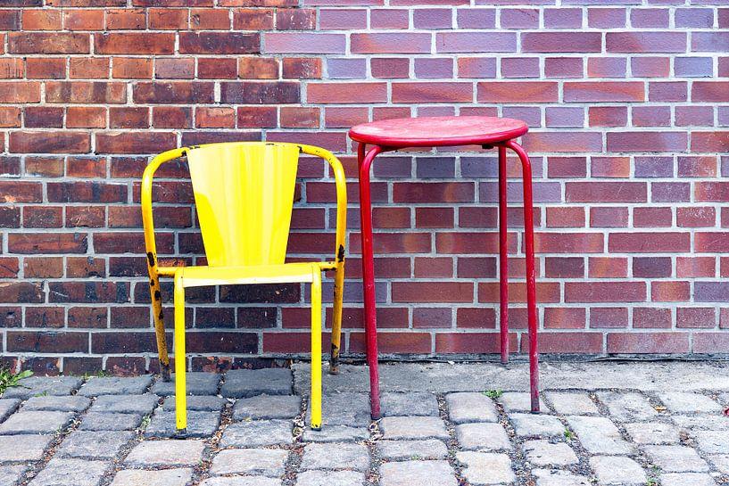 Chaise et table devant un mur de briques - Nature morte sur Frank Herrmann