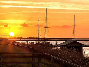 Bootshuisje met man en gele zon