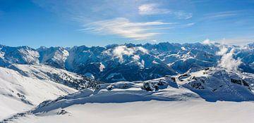 Uitzicht over de besneeuwde bergen in de Tiroler Alpen in Oostenrijk van Sjoerd van der Wal