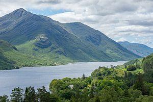 Groene bergen bij Loch Shiel in Schotland van Arja Schrijver Fotografie