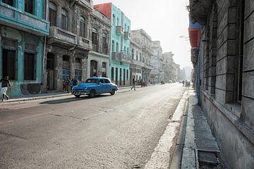 Typische Straßenszene mit Menschen und bunten Gebäuden. Havanna von Tjeerd Kruse