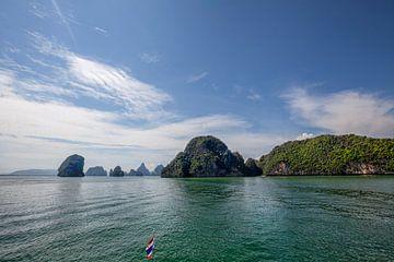 Mooi glashelder water bij Pileh-baai dichtbij Phuket, Thailand van Tjeerd Kruse