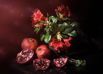 Stilleben in Rot mit Granatäpfeln und Rot, Rhododendron von Saskia Dingemans