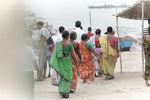 vrouwelijke bedevaartgangers bij Ganges van Karel Ham
