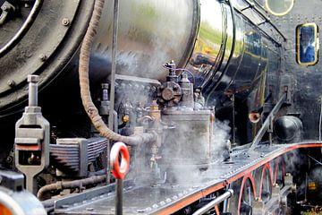 Nahaufnahme einer Dampflokomotive hell sepia von Foto Graaf Eric