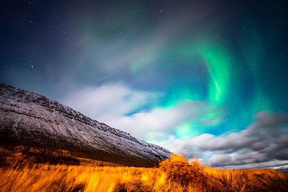 Grün-purpurne Nordlichter bei Mondschein in Island