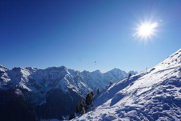 Gleitschirmflieger über den Gipfeln der Stubaier Alpen (Tirol, Österreich) von Kelly Alblas