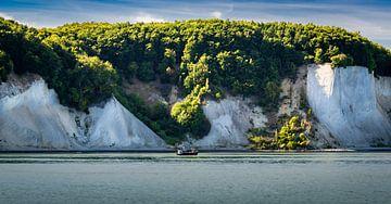 Vissersboot voor de krijtrotsen kust van Rügen, Duitsland van