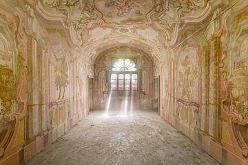 Rayons de soleil dans la salle du château sur Perry Wiertz