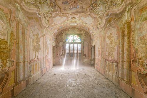 Zonnestralen in kasteelkamer van Perry Wiertz