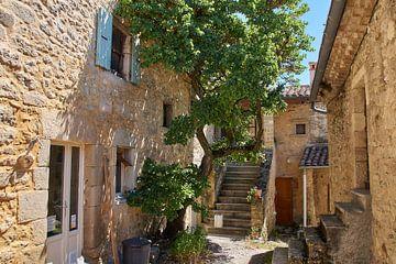 Sfeervolle historische binnenplaats in het Franse Autichamp van
