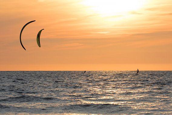Kitesurfers op de zee