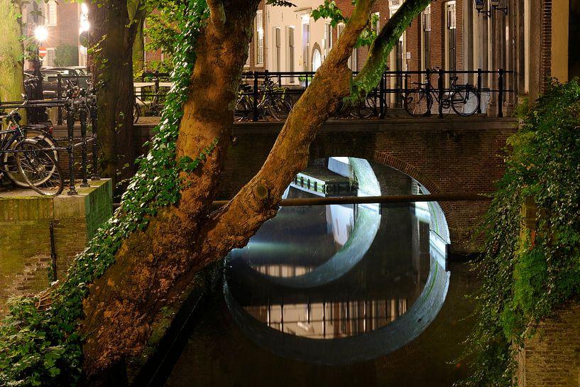 Kromme Nieuwegracht in Utrecht met Trajectum Lumen lichtkunstwerk van Donker Utrecht