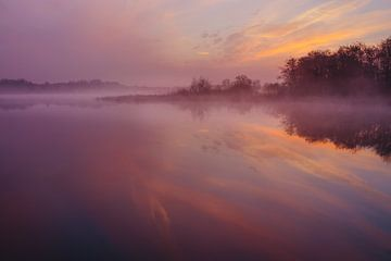 Serene ochtendrust tijdens zonsopkomst in De Wieden