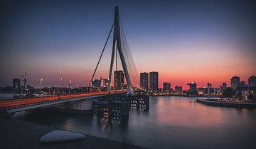 Zonsondergang in Rotterdam met uitzicht op de Erasmusbrug en drukte op de brug van Arthur Scheltes