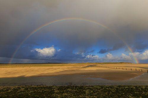 Regenboog op het strand
