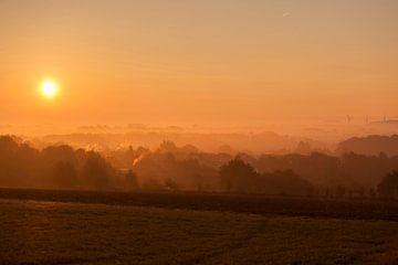Mistige zonsopkomst boven Simpelveld in Zuid-Limburg van John Kreukniet