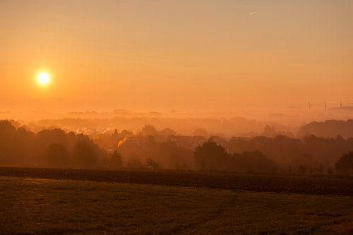 Mistige zonsopkomst boven Simpelveld in Zuid-Limburg