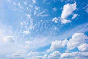 Wolken in de blauwe lucht van Günter Albers