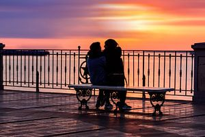 Twee geliefden in een kleurrijke zonsondergang