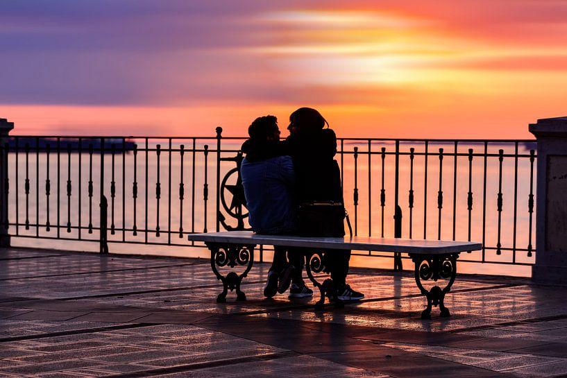 Twee geliefden in een kleurrijke zonsondergang van Gea Gaetani d'Aragona