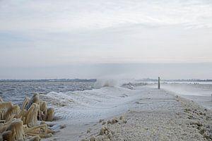 Bevroren water aan de rand van het meer