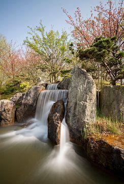 Waterval in Japanse tuin van Charelle Roeda