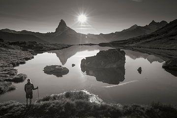 Wanderer am Stellisee mit Matterhorn von