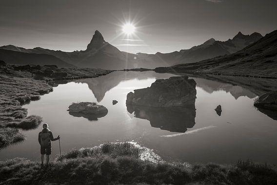 Wanderer am Stellisee mit Matterhorn