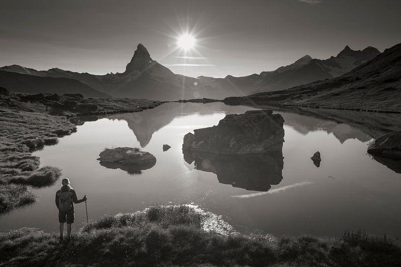 Wanderer am Stellisee mit Matterhorn von Menno Boermans