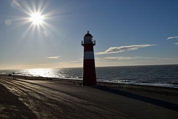 Vuurtoren aan de nederlandse kust met een mooie zon. van Robin Verhoef