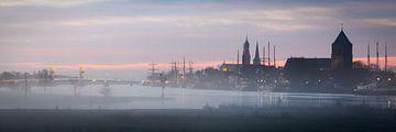 Stadsfront van Kampen in de mist. van Evert Jan Kip