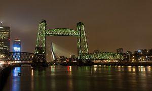 De Hefbrug in Rotterdam, met tussen de poten, de Erasmusbrug. sur