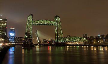 De Hefbrug in Rotterdam, met tussen de poten, de Erasmusbrug. van Angelo de Bruin