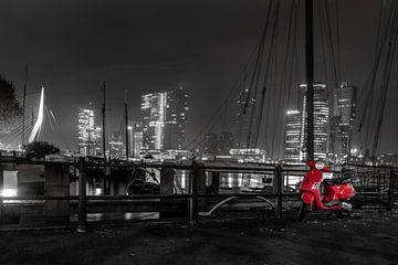 Rotterdam in de avond met rode scooter van Harmen Goedhart